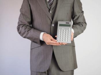 値引き額を提示する営業マンの画像
