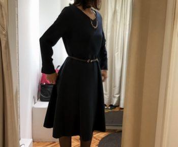カジュアルなワンピースを着る女性の画像