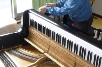 ピアノの分解をしている画像