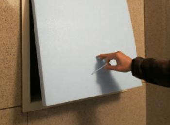 窓を覆うスチロールの板に取っ手をつけた画像