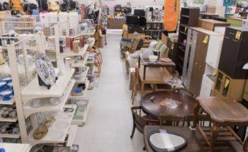 リサイクルショップのお皿売り場の画像