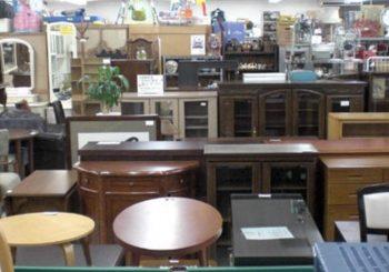 リサイクルショップのテーブルや収納棚の画像