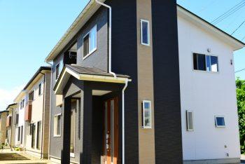紺色と茶色と白を貼り分けた新築の家の画像