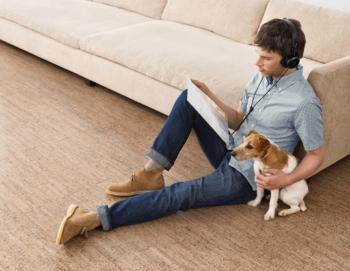 床暖房で快適に過ごす男性と犬の画像