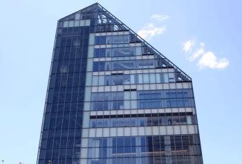 斜線制限によって斜めになったビルの画像